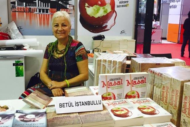 Betül İstanbullu kitabını imzaladı