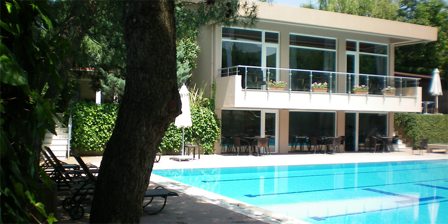 Sarıyer'de polisten kaçan hırsız villanın havuzuna düştü
