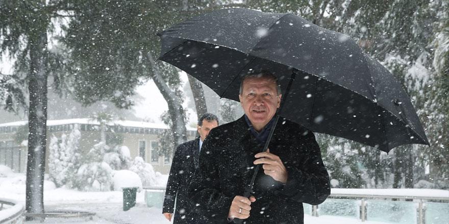 Cumhurbaşkanı Erdoğan'dan Tarabya'da kar yürüyüşü
