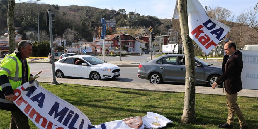 AK Parti'nin referandum çadırı ve pankartları parçalandı