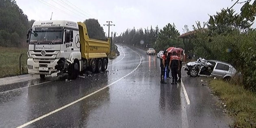 Sarıyer'de kamyon ile çarpışan otomobil yol kenarına uçtu
