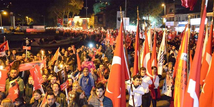 Bayrağını alan binlerce kişi Cumhuriyet için yürüdü