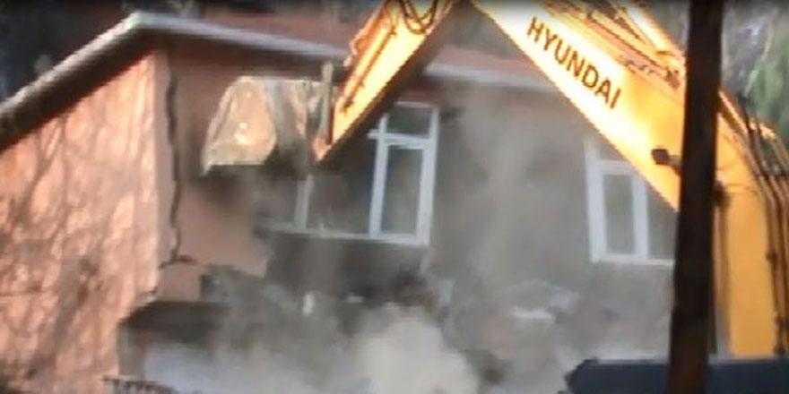 Sarıyer'de altında gizli tünel bulunan örgüt binası yıkıldı
