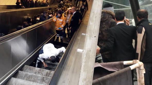Maslak metrosunda yürüyen merdiven çöktü!