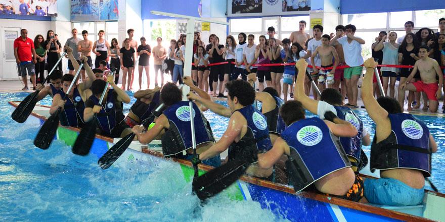 Havuzda kano yarışları nefes kesti