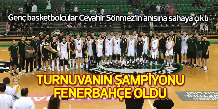 Genç basketbolcular Cevahir Sönmez'in anısına sahaya çıktı