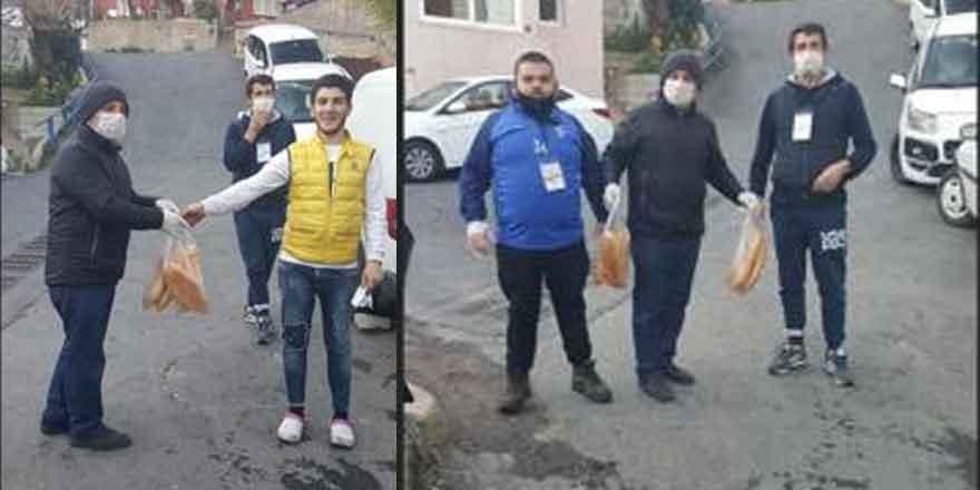 Muhtar Ahmet Çınar, sokak sokak ekmek dağıttı