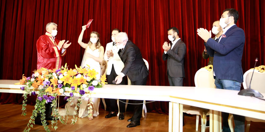 Genelge sonrası ilk nikahlara ünlü akını