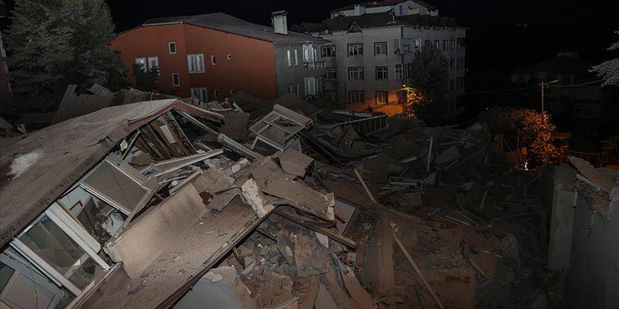 Bahçeköy'de mühürlenen 11 katlı boş bina çöktü