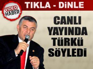 Canlı yayında türkü söyledi