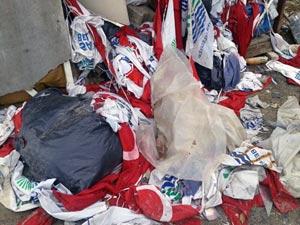 Türk Bayrağını çöpe attılar