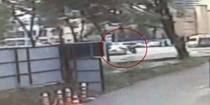 Sarıyer'de motosikletlinin sıkıştırdığı otomobil bariyerlere saplandı