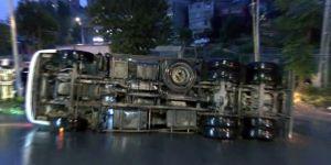 Sarıyer'de virajı alamayan kamyon devrildi