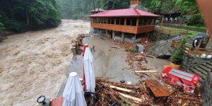 Sel felaketinden 9 kişiyi kurtardı